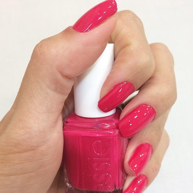 ?In love pelo esmalte que a top Nail Artist @aletheaviana ?escolheu para mim essa semana? #Nail #Laquer #unhas #esmalte #Essie #essielook #Watermelon #love #Beauty #pink #MirageVivaOpenMall #SiteCabelosLindos #CabelosLindosOnTheGo ? ______________________________________?{