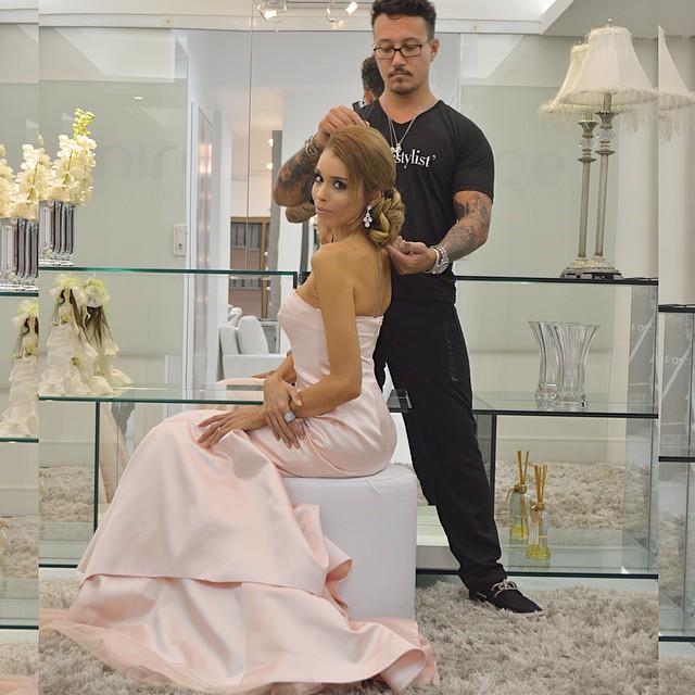 ✨Já entrando no clima do Tapete Vermelho do Oscar de hoje a noite, eu e Hairstyle  @matheustauber vamos ensinar para vocês alguns penteados que desfilarão hoje ?, durante a semana! ✨ #AndTheOscarsGoesTo ? #Oscars #Oscars2015 #RedCarpet #Star #Hair #Cabelos #Penteados #Diy #MiragePadreChagas #MirageVivaOpenMall #BlogCabelosLindos ? #ootd @tufiduekpoa ? ph @thiiagovargas ?